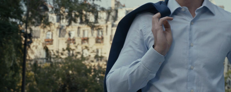 chemise sur mesure homme dans paris avec veste sur l'épaule