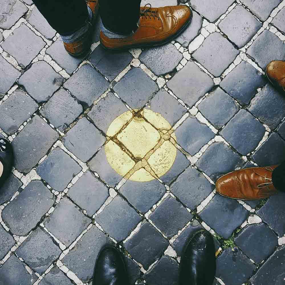 d00ca73463469a Les chaussures   pour les chaussures, privilégiez les couleurs noir, bleu  marine ou cognac. Tenez-vous-en à ces teintes pour créer une tenue de  bureau ...