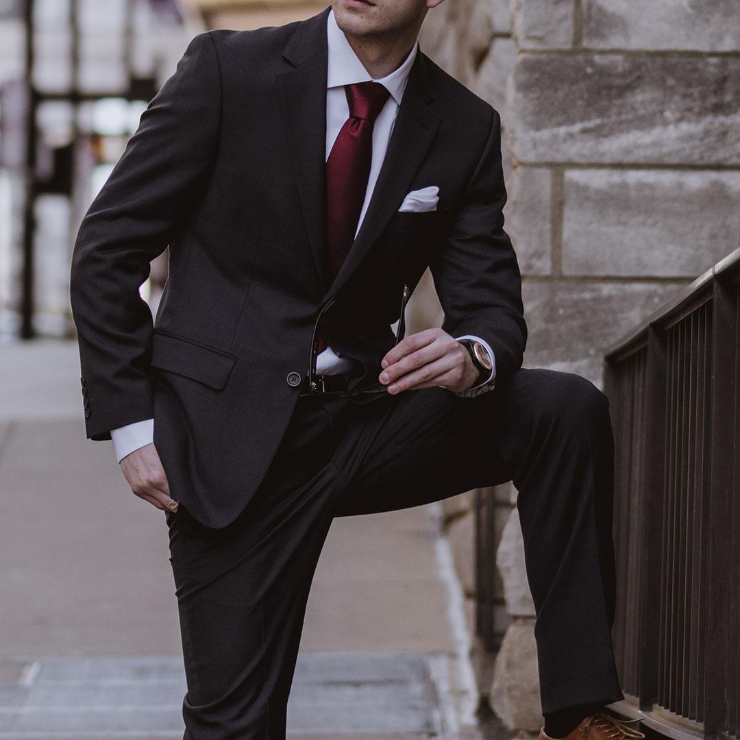 Quelles couleurs de chemises   Chemise Twill Bleu Clair. Le secret pour  être élégant en costume noir ... ae9e01242d98