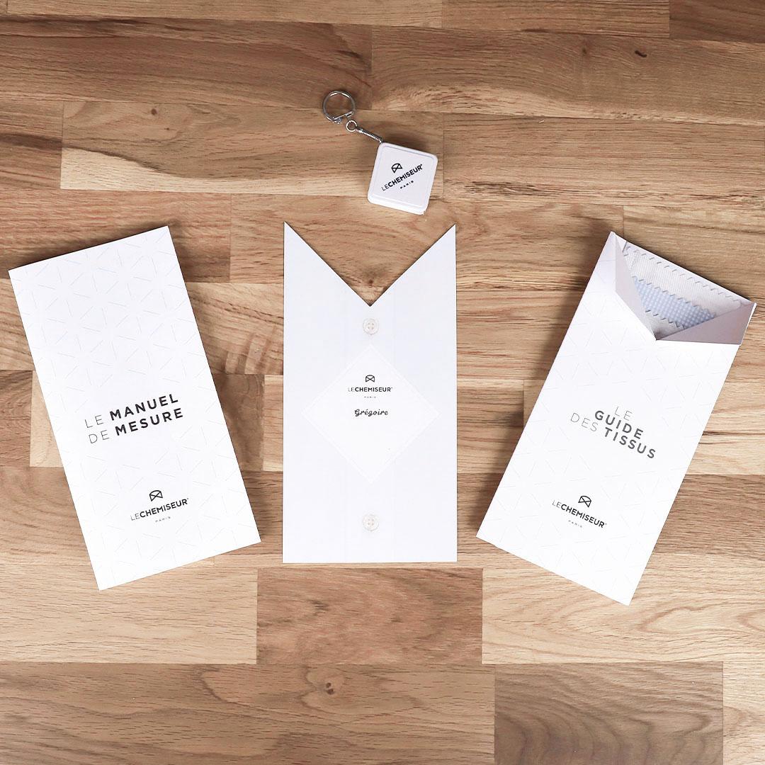 Le coffret cadeau comprend un bon personnalisé, un guide des tissus avec  échantillons, un manuel et un mètre de mesure. ed899dd7513