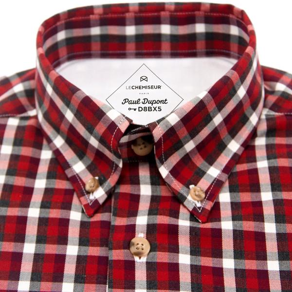 chemise anniversaire avec etiquette avec le nom dans le col et clé de coupe
