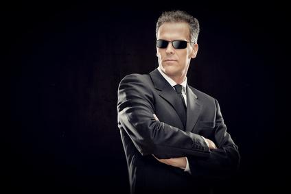 chemise blanche costume noir homme avec lunettes de soleil classe
