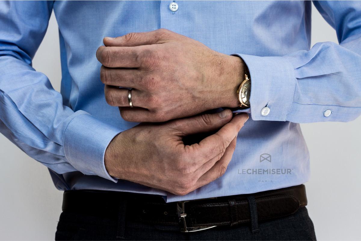 Espace pour une montre avec une chemise sur mesure homme, mains hommes